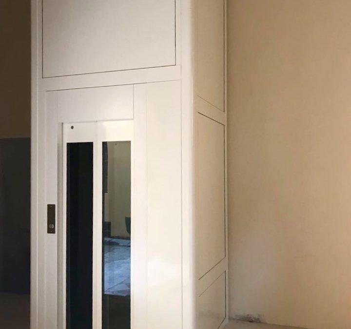 Piattaforma elevatrice con porte in vetro